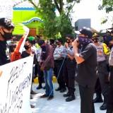 Terancam di PHK Usai Isolasi Mandiri, Puluhan Warga Geruduk Gedung UTSG Tuban