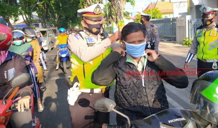 Hari Lalu Lintas Bhayangkara Ke-65, Satlantas Polres Pamekasan Bagikan Ratusan Masker Gratis