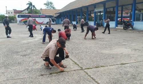 Terjaring Razia Masker, Puluhan Warga Lhokseumawe Dihukum Bersihkan Rumput dan Sampah