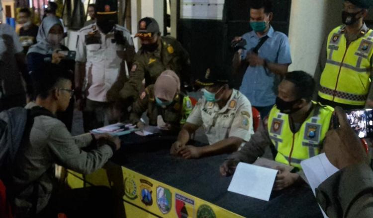 Petugas Denda Uang Belasan Warga Sampang yang Tak Pakai Masker