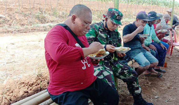 Terjun ke Lokasi TMMD, Dandim Sempatkan Makan Siang Bersama Satgas dan Warga