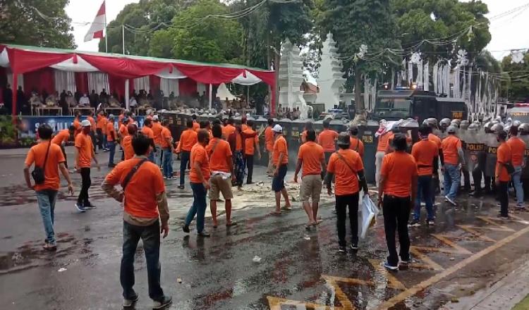 'Kerusuhan' Terjadi di Depan Kantor KPU Banyuwangi, Pasca Pemungutan Hasil Suara