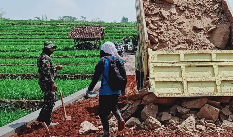 Sempurnakan Betonisasi Jalan, Tanah Urug Terus Didatangkan