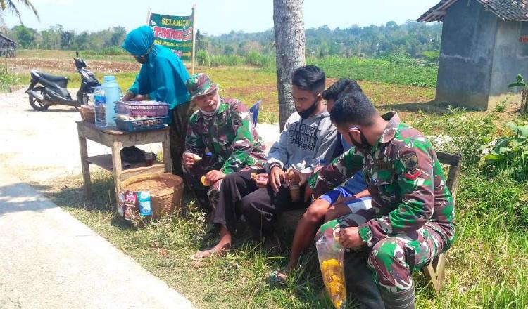 Melepas Lelah Usai Kerja TMMD, TNI dan Warga Ngopi Bersama