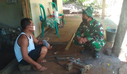 Satgas TMMD Reguler 109 Lakukan Komsos dengan Tukang Pandai Besi