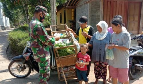 Tak Cangung Babinsa Bantu Ibu-ibu Beli Sayuran