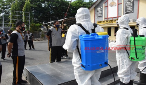 Antisipasi Penyebaran Virus Corona, Polres Pamekasan Rutin Lakukan Penyemprotan Disinfektan
