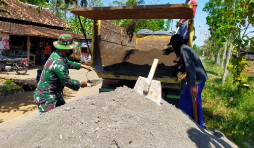 Lancar - Material Pasir Terus Digelontorkan ke Lokasi TMMD
