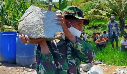 Angkat Material Batu Sebagai Pengganti Barbel