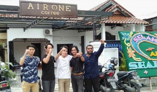 Lima Anak Muda Ganteng Kelola AIRONE Coffee Resmi di Buka