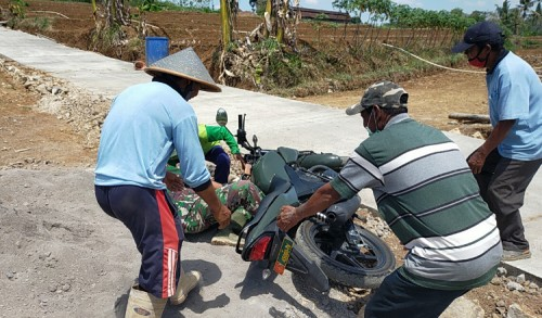 Respon Cepat Warga Bantu Anggota Satgas TMMD Yang Terpeleset Dari Motor