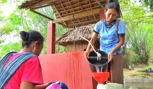 Warga Tuban Terpaksa Jalan Kaki 2 Kilometer Demi Dapatkan Air Bersih