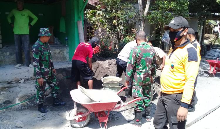 Sinergitas Antara TNI dan POLRI Terjalin Dilokasi TMMD 109