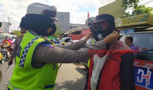 Peringati HUT Lalin Bhayangkara Ke-65, Polres Pamekasan Bagikan Masker dan Sembako