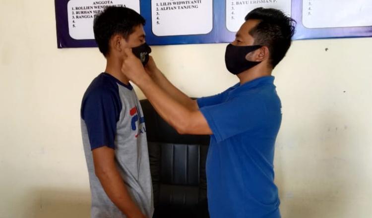 Pengurus PWI Mukomuko Bagikan Masker Kepada Anggota