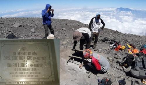 Sebagai Pedoman Pendaki, Gimbal Alas Pasang Prasasti Soe Hok Gie-Idhan Lubis di Puncak Mahameru