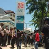 Puluhan Warga Kepung Kantor BNI Cabang Pamekasan