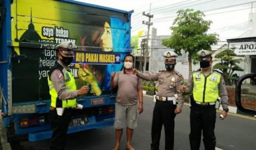Cara Unik Satlantas Polres Trenggalek Kampanye Penggunaan Masker