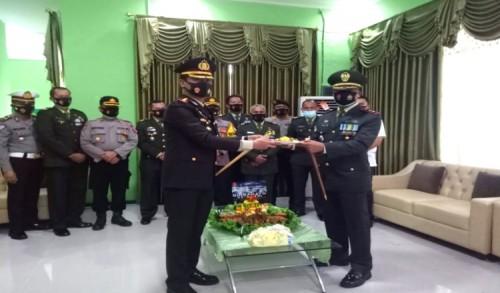 Rayakan HUT ke-75 TNI, Polres Kutim Kunjungi Kodim 0909/Sangatta, Pererat Sinergitas dan Soliditas