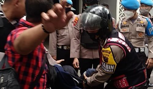 Tolak Omnibus Law, Pendemo di DPRD Sumut Dipukul Polisi