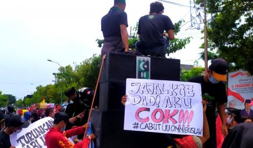 Tolak UU Cipta Kerja, Ribuan Buruh dan Mahasiswa Serbu Gedung DPRD Tuban