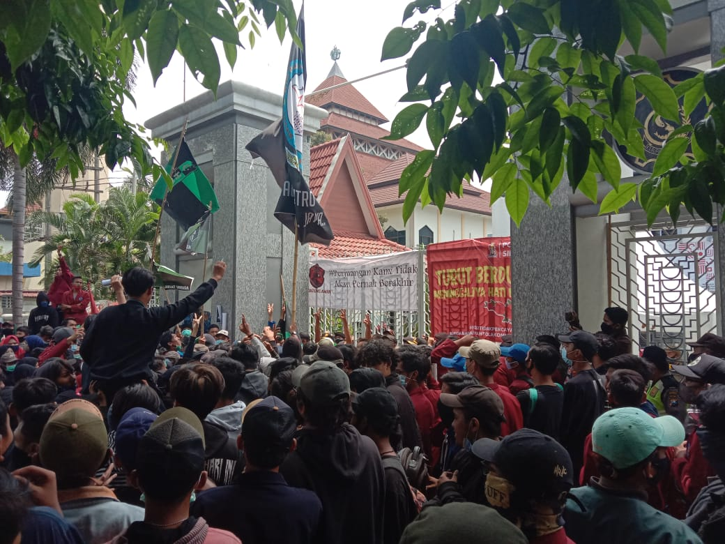 Ricuh!! Aksi Demo Mahasiswa Di Sidoarjo