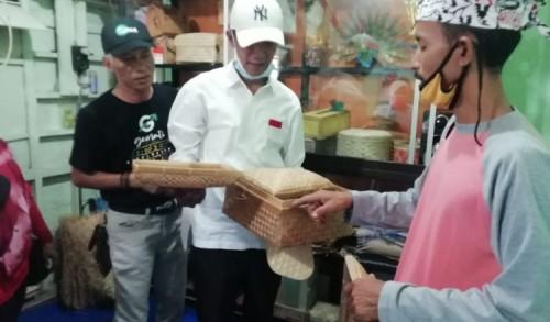 Berkunjung ke Sentra Kerajinan Anyaman Bambu, Cawabup Saim Janji Fasilitasi Permodalan Untuk UMKM