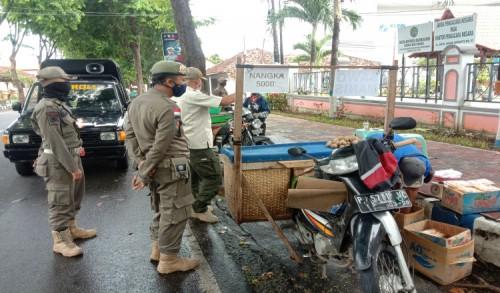 Satpol PP Banyuwangi Tertibkan PKL di Jalan Jaksa Agung Suprapto
