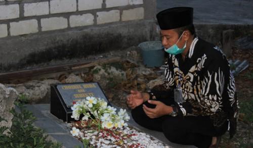 Kenang Perjuangan Legenda Persela Lamongan, Yuhronur Efendi Ziarah ke Makam Choirul Huda
