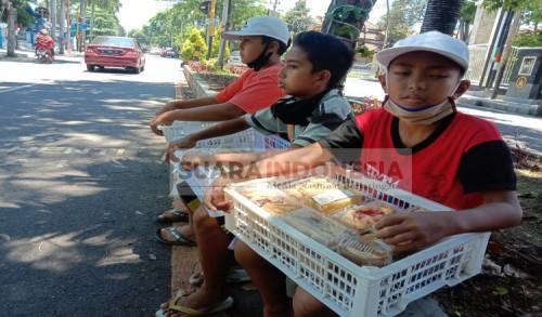 Bantu Orang Tua, Tiga Bocah di Banyuwangi Ini Rela Jualan Makanan