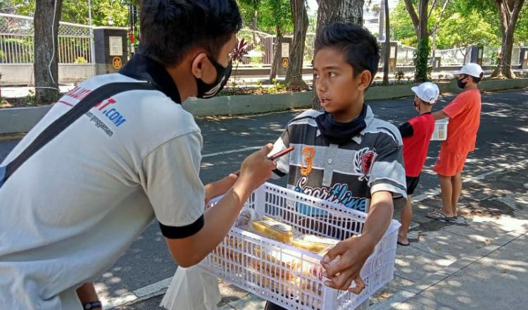 Bantu Keluarga Saat Pandemi Covid-19, Sejumlah Anak Jualan Makanan