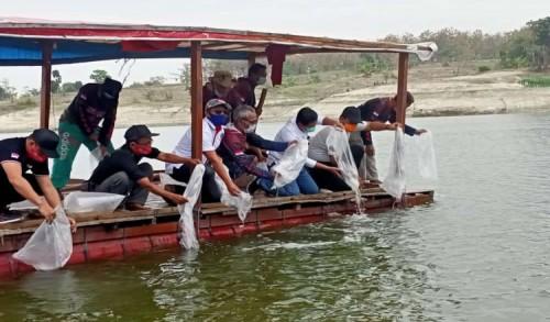 Ony Antok Tabur Benih Ikan di Waduk Pondok Ngawi