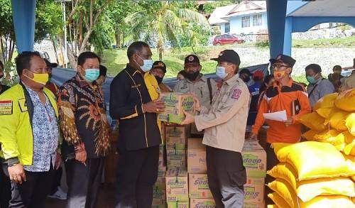 Peduli Korban Kebakaran, DPD Golkar Kota Jayapura Salurkan Sembako