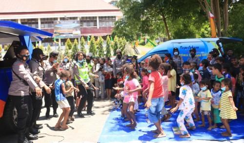 Polwan Polresta Jayapura Berikan Trauma Healing Terhadap Anak-anak Korban Kebakaran