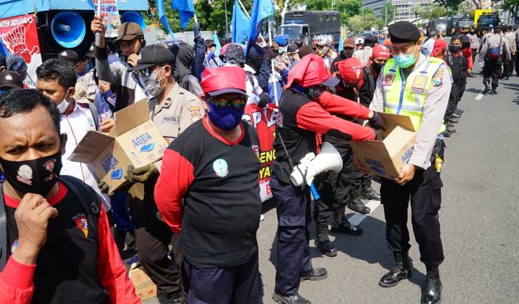 Petugas Keamanan Jaga Kondusifitas Aksi dengan Bagikan Masker dan Air
