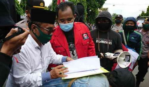 Tandatangani Tuntutan, Ketua DPRD Trenggalek : Kompromi Politik Masih Bisa Terjadi