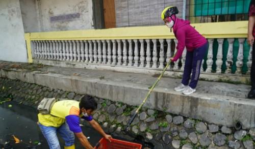 Wali Kota Mojokerto Bersih - Bersih Sampah yang Sumbat Aliran Sungai