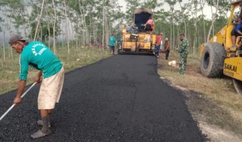 Sinergisitas Pemkab Bojonegoro dan Kodim 0813 Bangun Jalan Aspal di Wilayah Terpencil