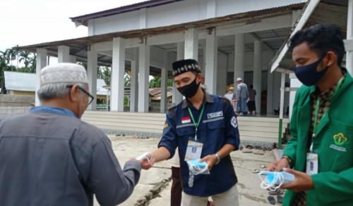 Mahasiswa Bagikan Masker Gratis Kepada Jamaah Shalat Jumat