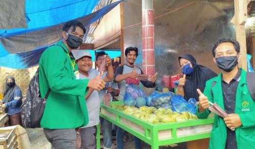 Mahasiswa KKN Unimal Bagi Masker di Pasar