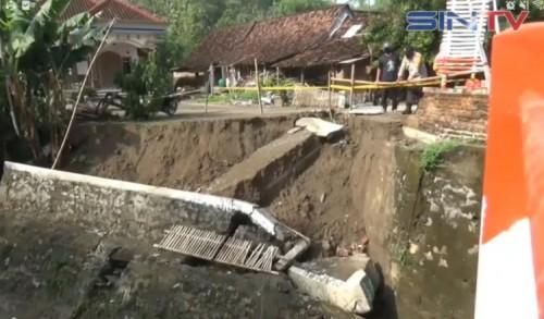 Hujan Deras, Talut Jembatan di Madiun Ambrol