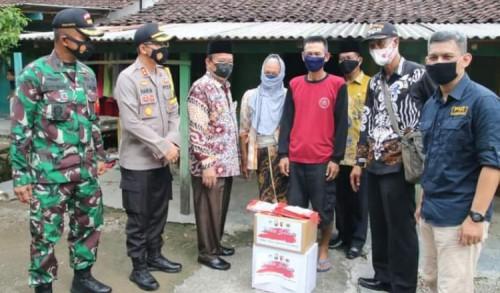 Di Tengah Pandemi Covid-19, PWI dan Tiga Pilar Lamongan Bersinergi Bantu Masyarakat Desa