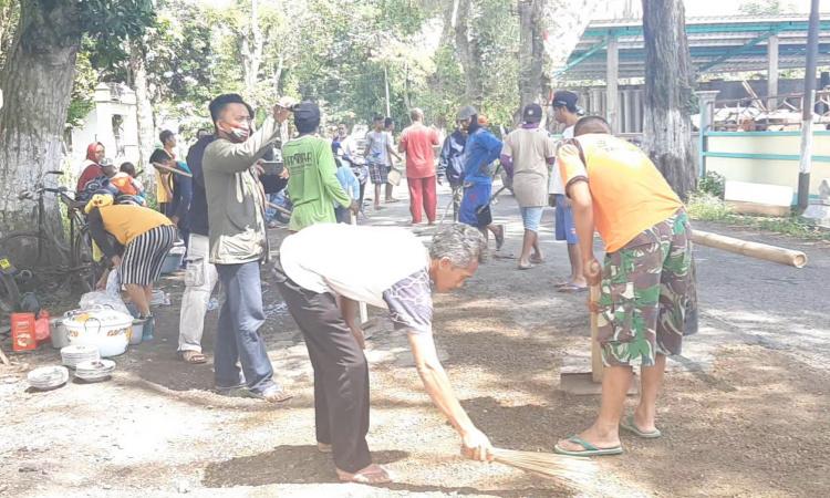 Puluhan Warga Kompak Perbaiki Jalan Rusak Bondowoso Tamanan, Pakai Dana Swadaya