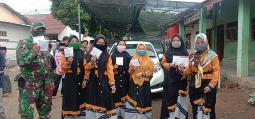 Peringati HKN, Babinsa Wonorejo Bersama Petugas PKM Banyuputih Bagikan Masker