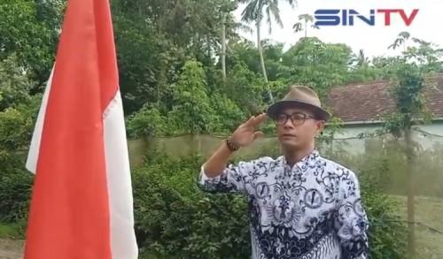 Peringati Hari Guru Nasional, Aktivis PGRI Jember Kibarkan Bendera Merah Putih
