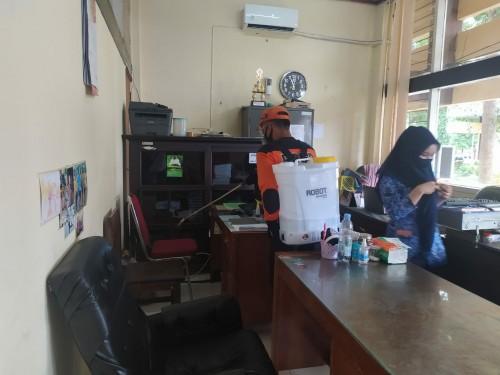 BPBD Bondowoso Lakukan Penyemprotan pada Beberapa SKPD, Sambil Sosialisasikan Prokes