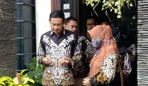 Sebelum Berangkat Pencoblosan, Yuhronur Efendi Bersama Keluarga Pamit Tetangga