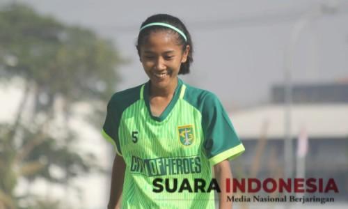 Di Tengah Pandemi, Atlet Sepak Bola Putri Persebaya, Asal Bondowoso Berlatih di Sawah