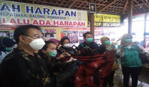 Mensos Tri Rismaharini Salurkan Bansos Bagi Disabilitas dan ABK di Ponorogo