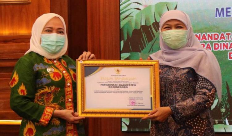 Berhasil Mengentas Desa Tertinggal, Bupati Bojonegoro Terima Penghargaan dari Gubernur Jatim